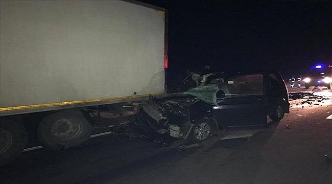 Otomobil Kamyona Çarptı: 1 Kişi Öldü, 1 Kişi De Yaralandı!